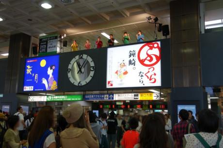 駅の改札を出るといきなりステージがありました。
