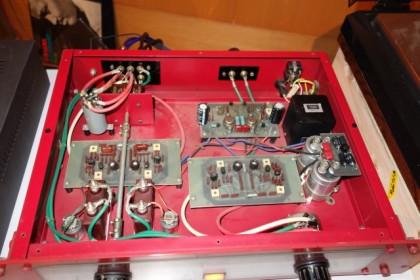 プリアンプです。ケースマイカにスチコンのパラ接続、MC用トランスなど金田式初期の設計。